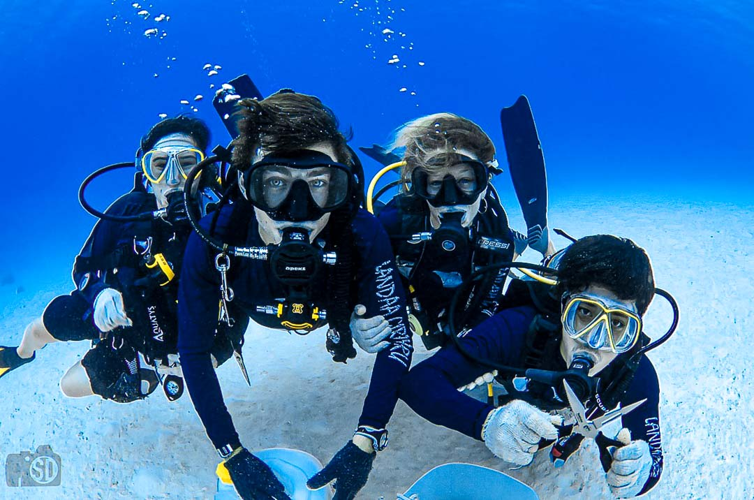 Reefscapers Volunteers Maldives - helping with coral propagation